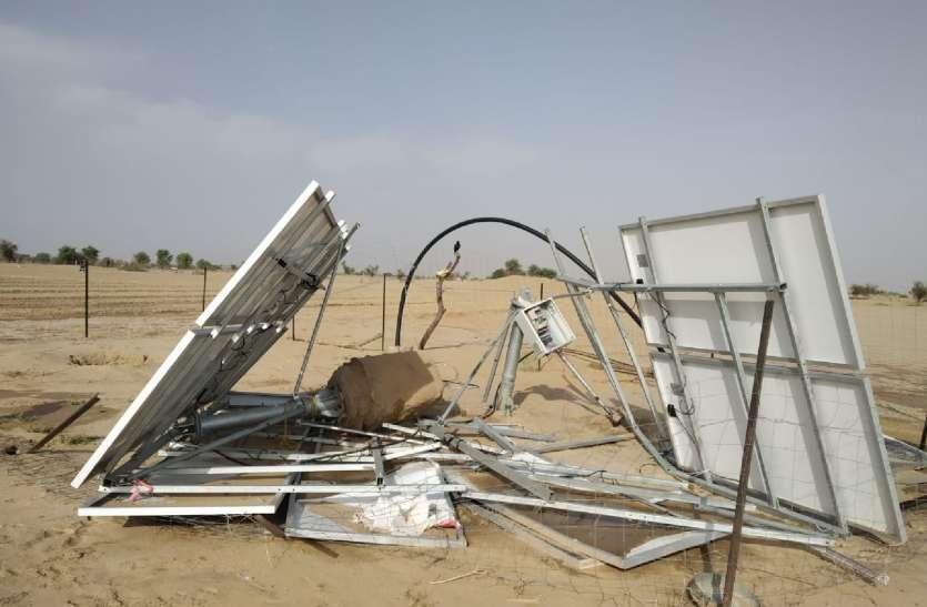 आंधी से नहरी क्षेत्र में उड़ी सौर ऊर्जा प्लेटस,विद्युत पोल भी गिरे
