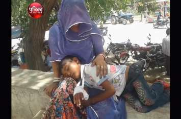 video : इलाज के दौरान रो रहे बच्चे को डांटनाdoctor को पड़ा भारी-देखें वीडियो