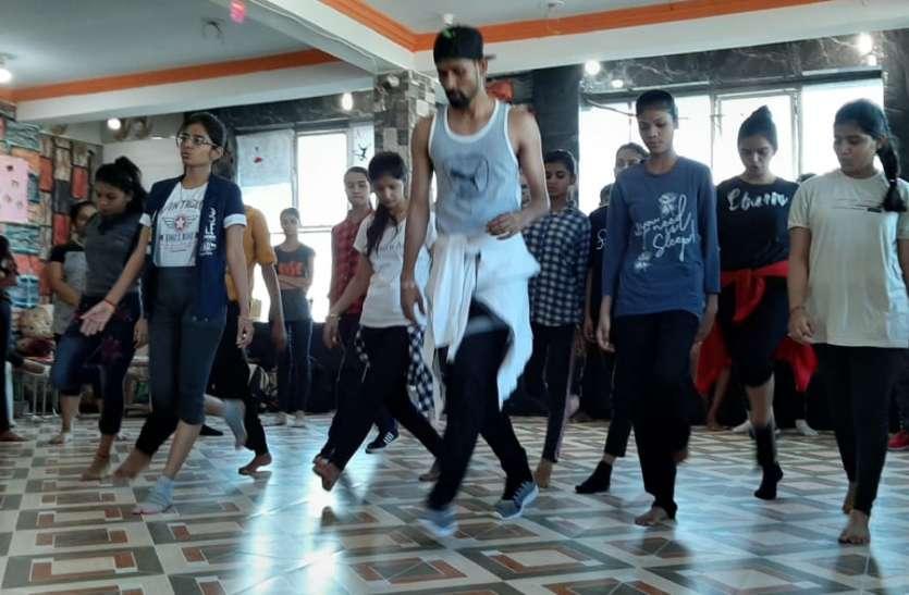 दिल्ली के एक्सपर्ट ने सिखाया लेटेस्ट डांस स्टेप