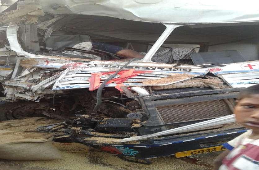 रॉंग साइड से आ रही ट्रैक्टर को तेज रफ्तार हाइवा ने मारी टक्कर, स्टेरिंग में फंसने से ड्राइवर की मौत