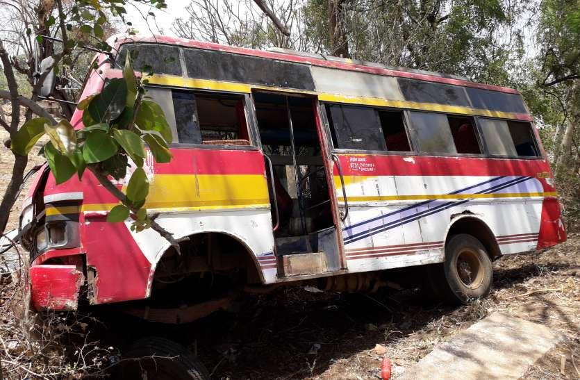 बिछुआ में बड़ा हादसा, यात्री बस पलटी