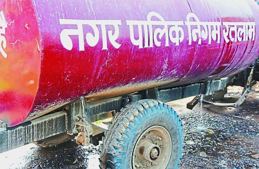 सड़कों पर बह रही निगम की अव्यवस्था, फूटे टैंकरों से कैसे पहुंचे पानी