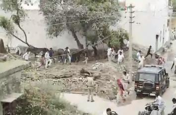VIDEO: यूपी के इस गांव में पहुंची पुलिस का हुआ ऐसा हाल, वीडियो हुआ वायरल तो हो रही किरकिरी