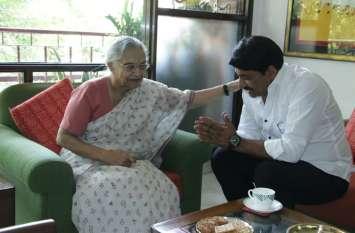जीत के बाद शीला दीक्षित से मिलने पहुंचे BJP सांसद मनोज तिवारी, लिया आशीर्वाद