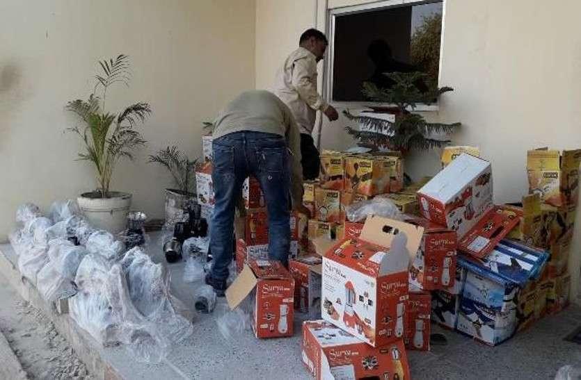 नकली इलेक्ट्रिक सामान बेचते हुए पिता पुत्र को किया गिरफ्तार