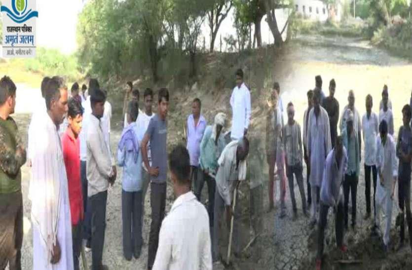 पत्रिका अमृतं जलम्: प्राचीन तालाब को बचाने के लिए किसानों ने किया श्रमदान, देखें वीडियो