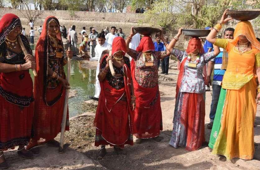 राजस्थान पत्रिका अमृतम् जलम् अभियान- सोने से लकदक, घुंघट में श्रमदान, देखें तस्वीरें...