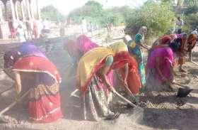महिलाएं सिर पर फावड़ा तगारी रखकर मंगल गीत गाते हुए पहुंची श्रमदान करने