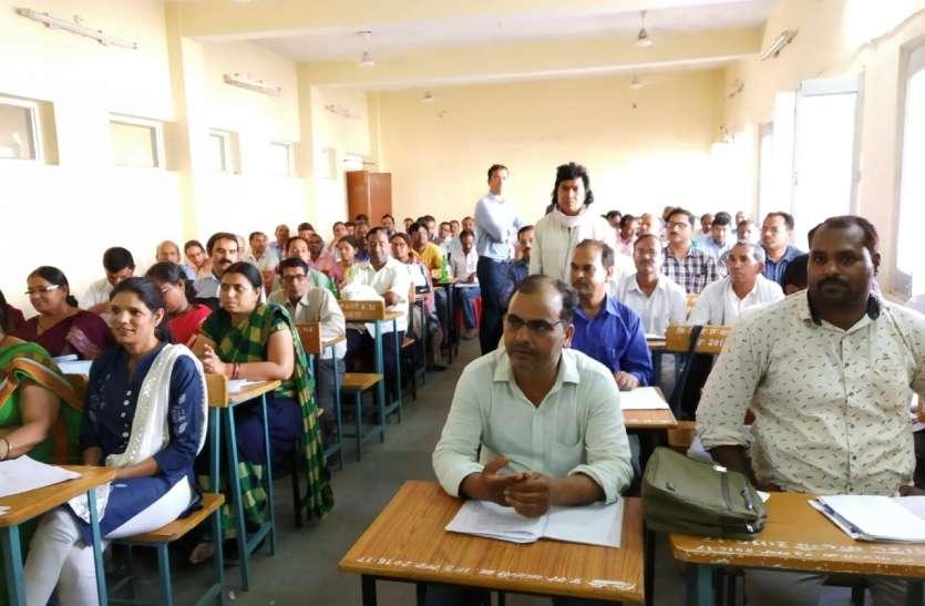 प्रशिक्षण प्राप्त कर रहे शिक्षकों से कलेक्टर ने कहा: स्कूलों को फेंसी, बल्कि सीखने की जगह बनाना हैं