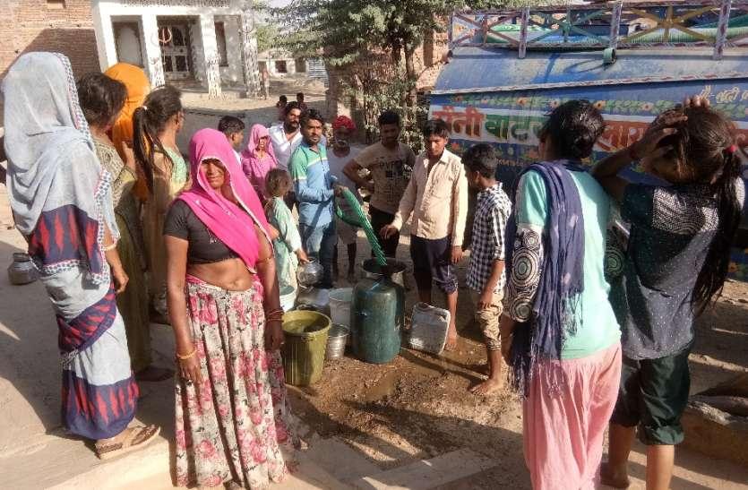 पन्द्रह दिनों से नहीं पहुंचा पानी का टैंकर, ग्रामीणों ने अपने स्तर पर मंगवाया टैंकर