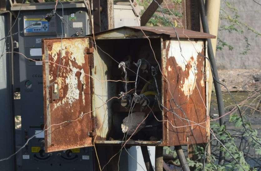विद्युत चोरी के तार दे रहे हादसों को न्योता देखें तस्वीरें....