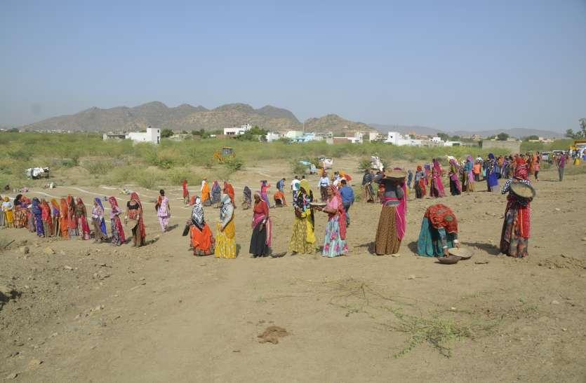Patrika Amritam Jalam: अपने तालाब को बचाने उतरे लोग, लिया इसको निखारने का लिया संकल्प