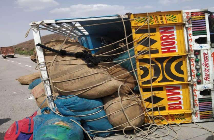 गुजरात से झालावाड़ जा रहे मछुआरों से भरी पिकअप पलटी, दो की मौत, डेढ दर्जन घायल