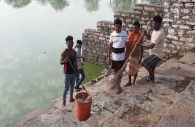 अमृतम् जलम् अभियान में वार्ड चार के युवाओं ने दिखाया उत्साह, तालाब में फैली गंदगी को किया गया साफ