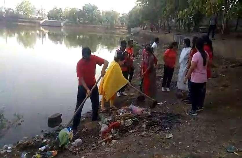 अमृतम् जलम : शहरवासियों ने तालाब के संरक्षण के लिए मिलकर बढ़ाया हाथ