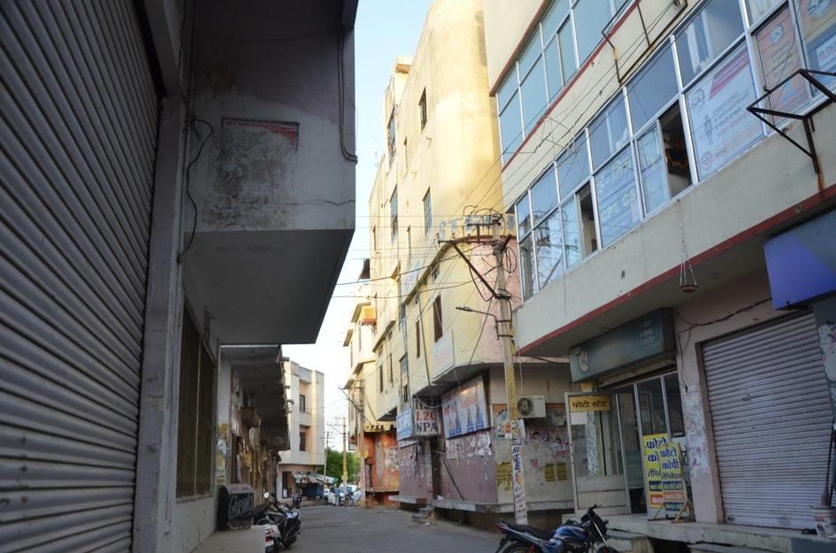 आवासीय मकानों में चल रही व्यावसायिक गतिविधियां, नक्शे के विपरीत निर्माण पर अनदेखी