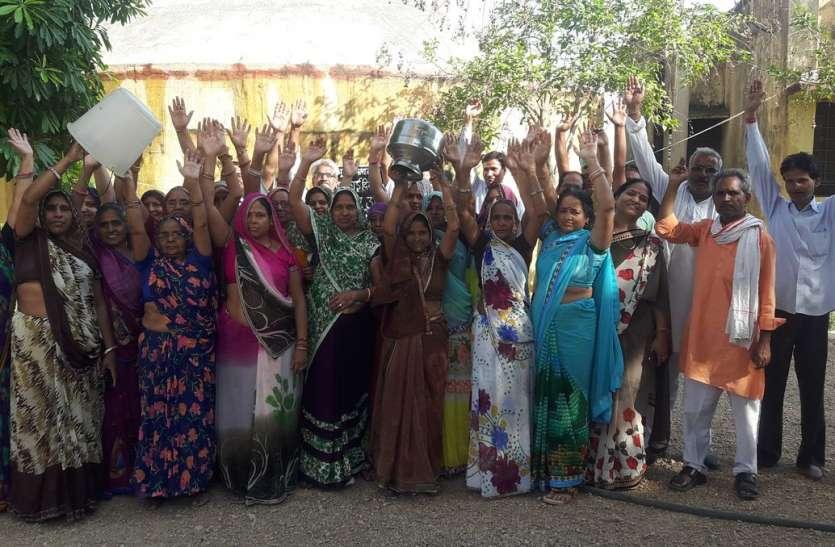 गर्मी में बिगड़ा जलापूर्ति का ढर्रा, लोगों ने किया प्रदर्शन