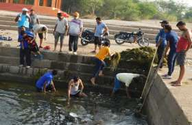 शिवनाथ नदी पर मोहारा एनीकट के घाट की सफाई में जुटे लोग