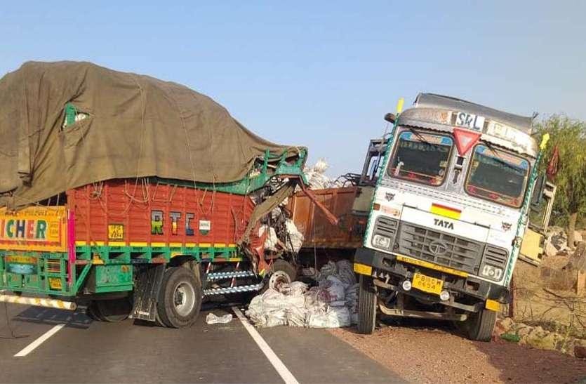 जसवंतगढ़ मे सडक़ दुर्घटना मे क्षतिग्रस्त वाहन