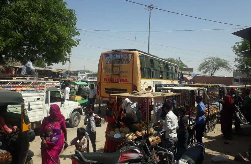 बेतरतीब खड़े वाहन,अव्यवस्थित यातायात से आमजन को परेशान
