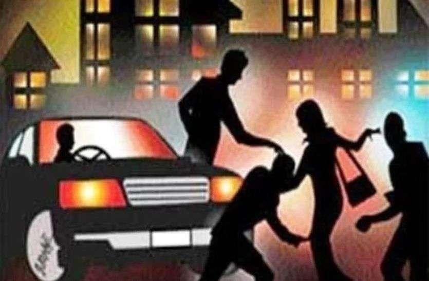 पति के साथ सुसराल जा रही महिला का फिल्मी अंदाज में किया अपहरण