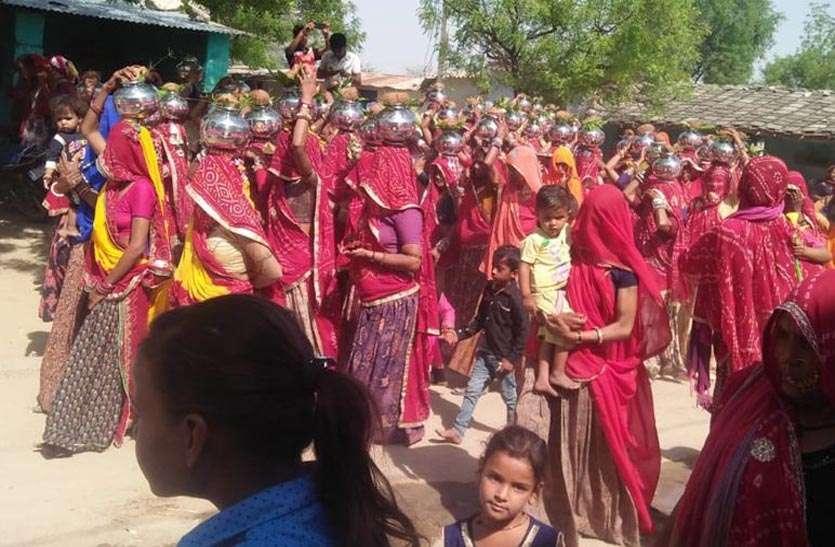 ग्रामीणों ने जगह-जगह पुष्पवर्षा कर निकाली कलशयात्रा