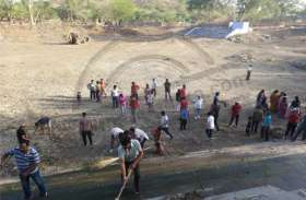 अमृतं जलम् अभियान: कुछ ही देर में श्रम की बूंदों से निखर उठे प्राकृतिक जलस्रोत
