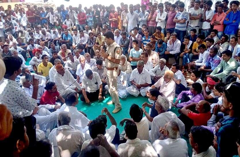 video: चुनाव परिणामों के बाद राजस्थान में यहां ग्रामीणों ने कराया बाजार बंद, प्रदर्शनकर सरकार से कर ड़ाली ये मांंग