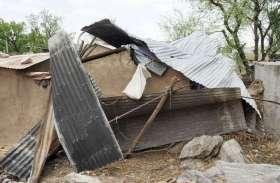 PHOTO: अंधड़ से मकान हुए धराशायी, 30 से अधिक परिवारों के हुआ नुकसान