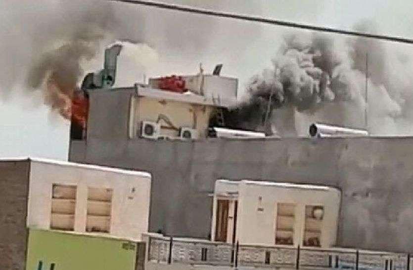 जालोर की इस नामी होटल में अचानक लगी आग, किचन से छत तक पहुंची लपटें