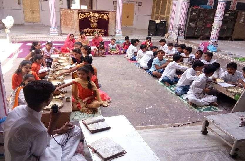बच्चे सीख रहे धार्मिक शिक्षा के गुर