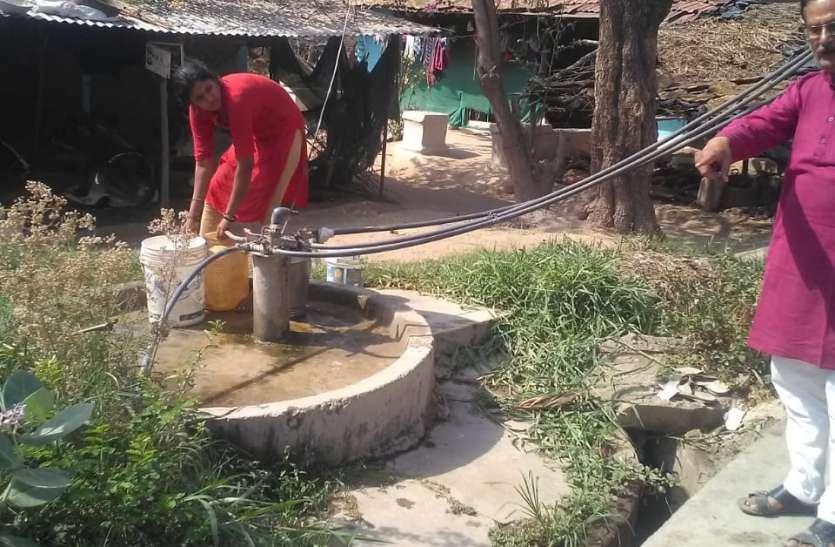 लाइन में प्रेशर नही आने से पानी के लिए परेशान है आधा गांव