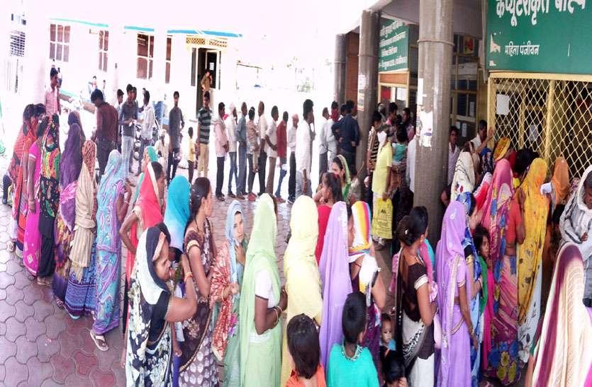 बीमार बच्चों को लेकर घंटों लाइन में लगीं महिलाएं, तो कई मरीज पर्चे के इंतजार में नीचे लेटे रहे