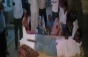 पुलिस ने छापेमारी के दौरान युवक को छत से फेंका, दोनों पैर टूटे