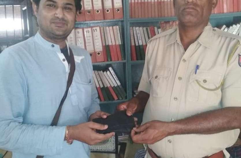 जीआरपी ने यात्री का रुपए से भरा पर्स लौटाया