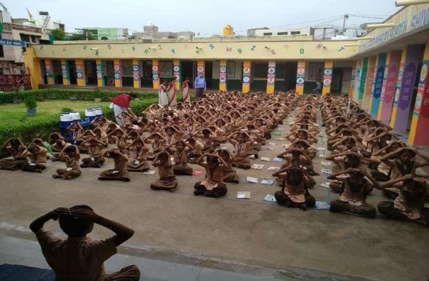 नए आदेश ने बिगाड़ा स्कूलों में योग का गणित