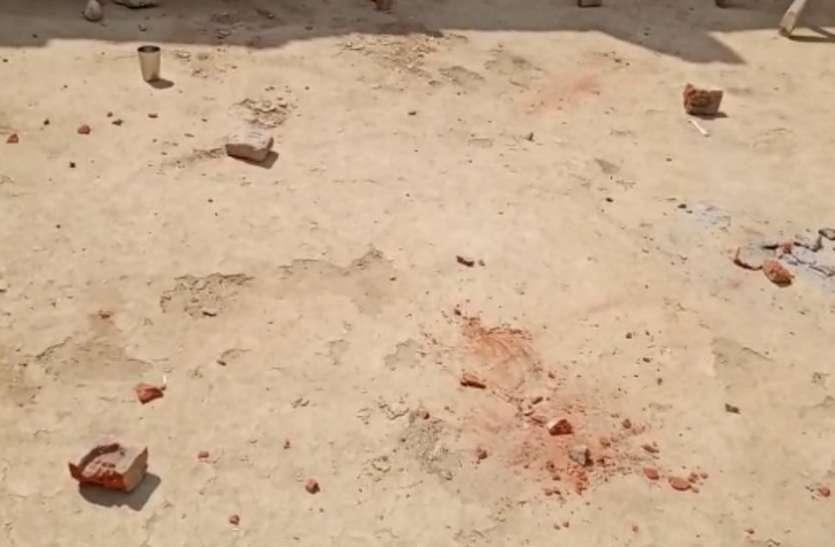 VIDEO: मुर्गी के बच्चे को लेकर दबंगों ने किया पथराव, प्रसूता को घर में घुसकर पीटा