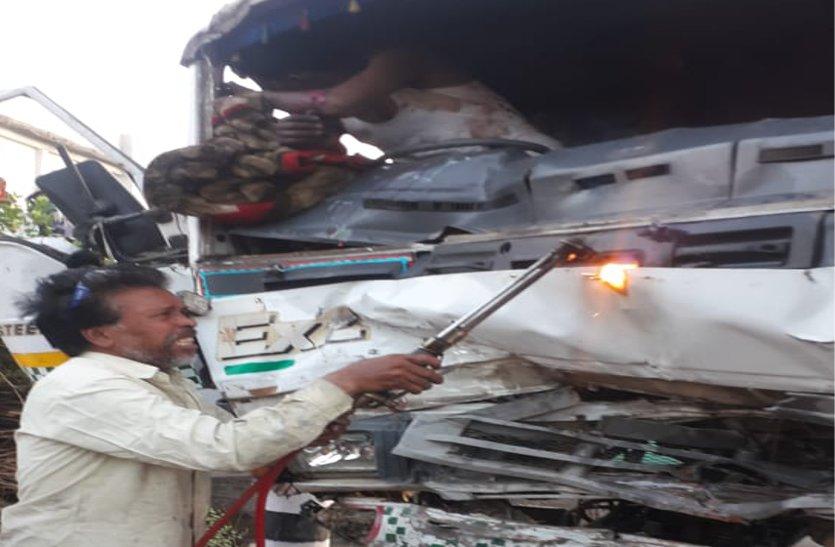video: ट्रक पलटने से चालक के फंसे पैर, पांच घंटे तक तड़पता रहा, गैस कटर से ट्रक काटकर निकाला बाहर, मौत