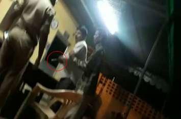 यूपी पुलिस के सिपाही थाने में भिड़े, थप्पड़ मारने के बाद दूसरे सिपाही पर तान दी पिस्टल, मच गई अफरा-तफरी, वीडियो हुआ वायरल