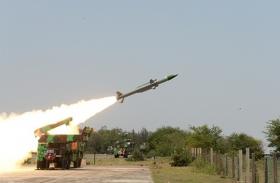 सतह से हवा में मार करने वाली मिसाइल आकाश का सफल परीक्षण