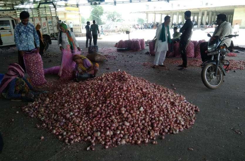 प्याज मंडी में पसरा सन्नाटा, पंजीयन केंद्र पर लगी अन्नदाता की कतार