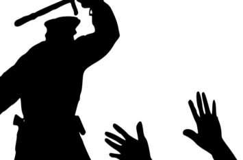 हमला करने की नियत से जब हथियार लेकर पहुंचा पुलिस का जवान, फिर...