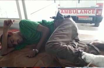 दर्द से तड़प रहा था युवक, तभी उसके लिए 'भगवान' बनकर आए दो पुलिसकर्मी और दिया जीवनदान, देखें वीडियो