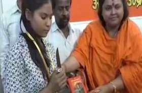 पहले गांधी के पुतले को गोली मारी, अब टॉपर्स बेटियों को बांटे चाकू-तलवार, देखें वीडियो