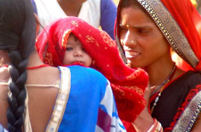 गुना की भक्ति पिला रहीं पानी और शिवपुरी के अर्जुन साफ कर रहे परिक्रमा