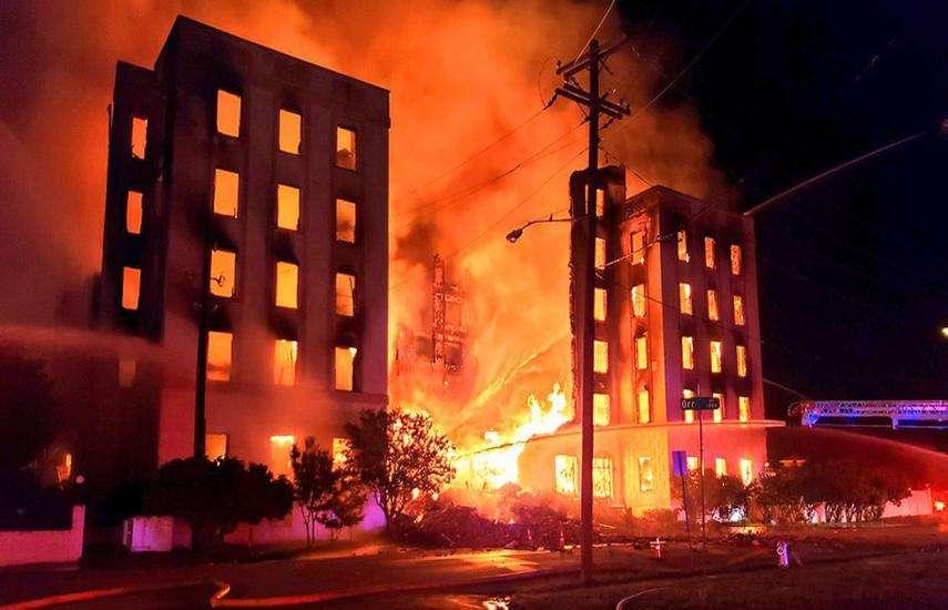 डलास शहर के ऐतिहासिक राजदूत होटल में भीषण आग, इन तस्वीरों में देखें बर्बादी का मंजर