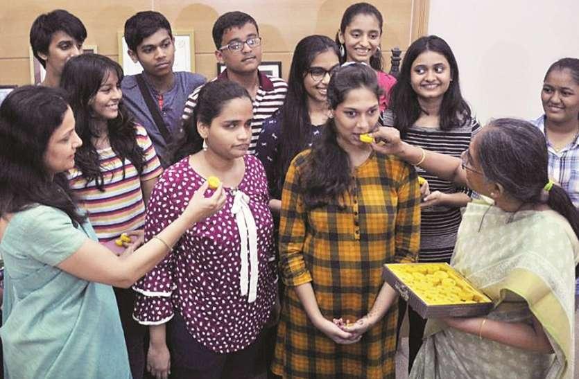 बेटियों ने मारी बाजी, कॉमर्स की टॉपर मुंबईकर