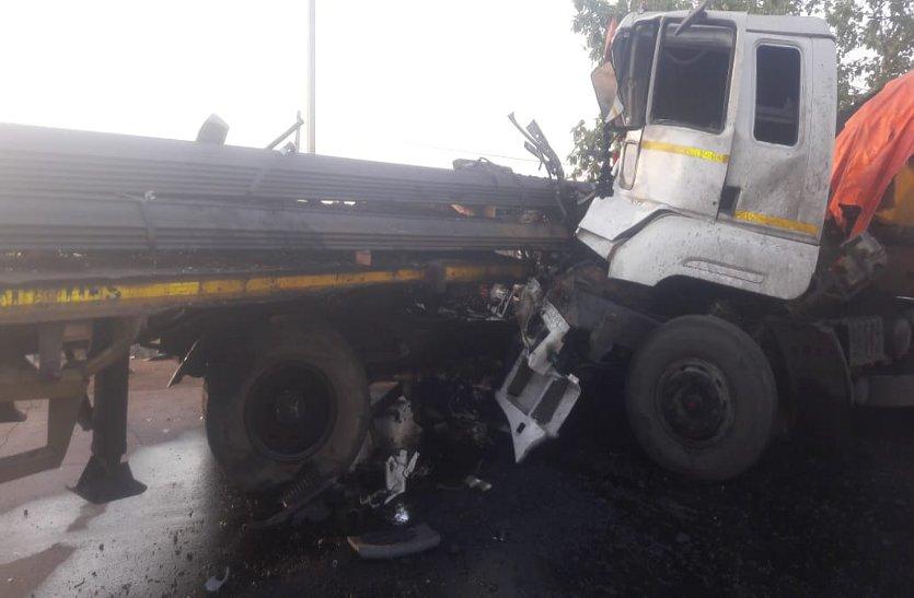 दो ट्रेलरों की जबरदस्त भिड़ंत से ड्राइवर की दर्दनाक मौत, तीन घायल