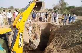 JCB Ki Khudai Video : , कुएं में गिरा गोधा तो JCB की मदद से निकलवाया, घंटो खुदाई देखते रहे लोग