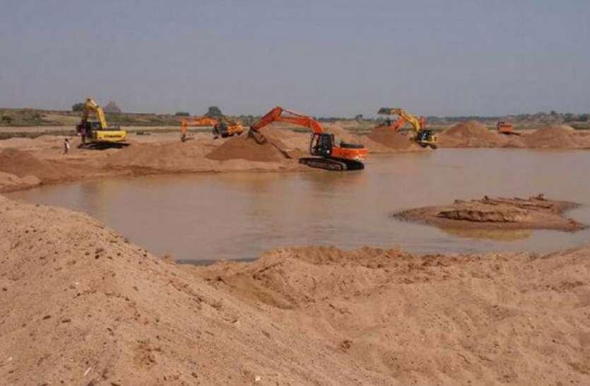 नहीं मान रहे रेत कारोबारी, केन नदी का भारी मशीनों से कर रहे सीना छलनी